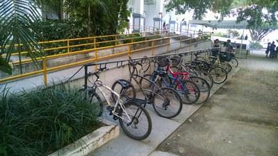 Imagem das rampas, corrimãos e bicicletário para facilitar o acesso ao Centro de Ciências Humanas e Sociais – CCH