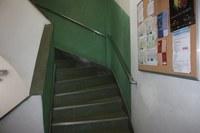 Foto dos corrimãos e beiral antiderrapante nas escadas do Instituto Biomédico – IB
