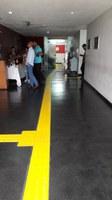 Foto do piso tátil nos corredores junto ao Anditório Vera Janacopulos