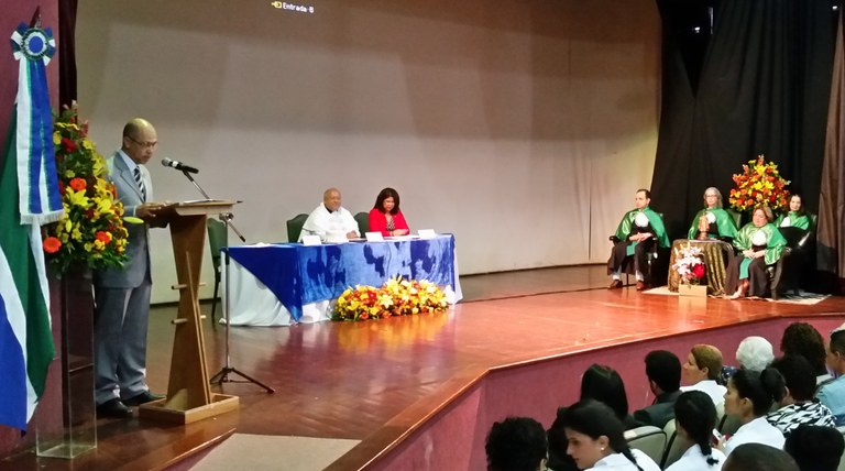 Mesa solene, comitiva de professores e Nébia (à direita) durante a cerimônia (Foto: Comso)