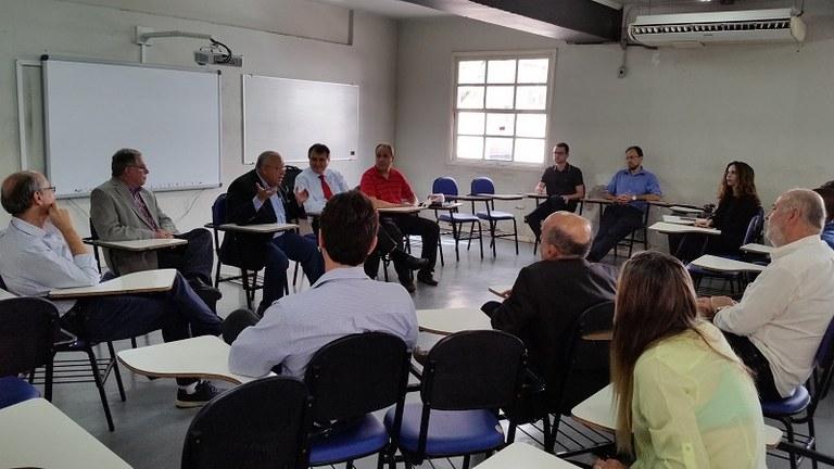 O reitor Luiz Pedro San Gil Jutuca em encontro com os novos dirigentes do CCJP e EAP, professores e alunos (Foto:Comso)