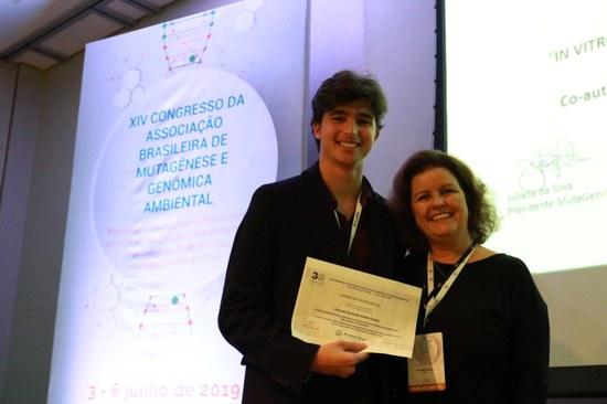 Eduardo Dantas ao receber o prêmio (Foto: Divulgação)