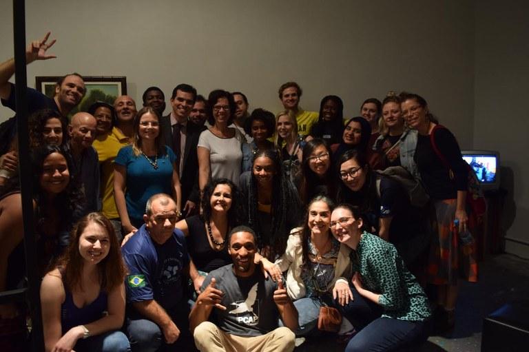 Alunos e professores da UNIRIO e da Universidade de Michigan participaram da abertura da mostra (Foto: Naira Silveira)