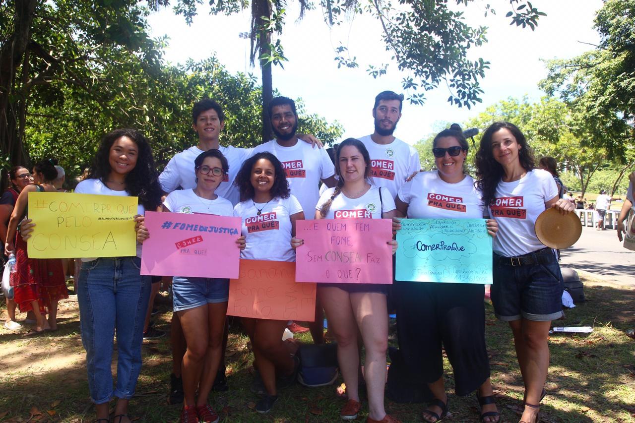Docentes e estudantes da Escola de Nutrição participaram do ato (Foto: Divulgação)