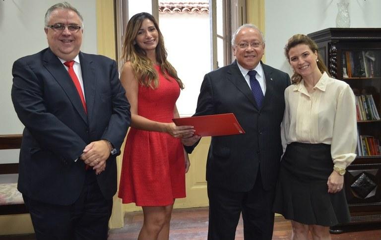 Equipe do Santander formaliza entrega das bolsas ao reitor (Foto: Comso)