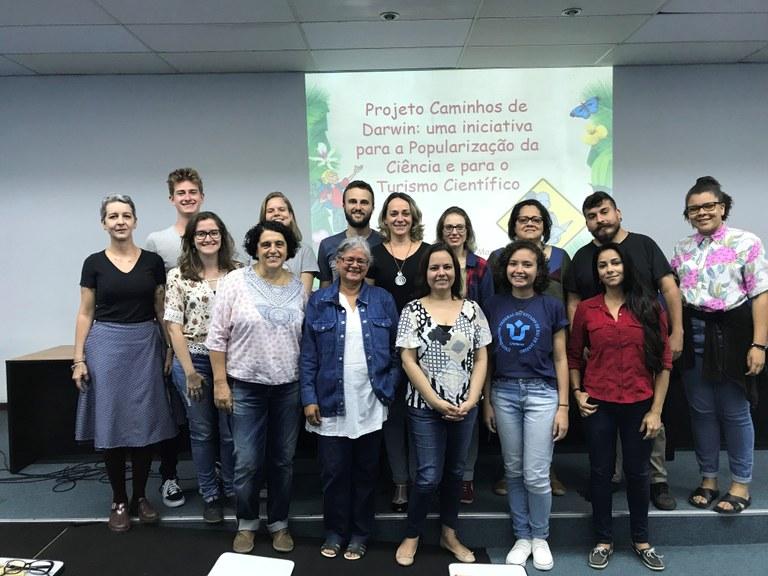 """Equipe de trabalho na apresentação do seminário """"Caminhos de Darwin: uma iniciativa para a popularização da Ciência e para o Turismo Científico"""", em novembro de 2018 (Imagem: Divulgação)"""