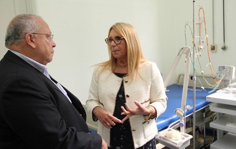 Reitor Jutuca e a coordenadora do Centro de Epilepsias, professora Soniza Leon (Foto: Felipe Monteiro)
