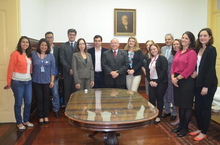 Dirigentes da UNIRIO e do INCA reunidos na cerimônia de assinatura (Foto: Comso)