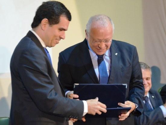 Reitor Luiz Pedro Jutuca também foi homenageado por seus 40 anos de dedicação à UNIRIO (Foto: Comso)
