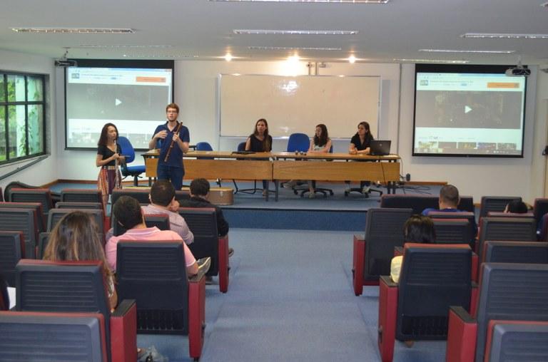 Bolsistas PET e integrantes da OBU comparam a flauta moderna e a barroca duranta apresentação de projeto.