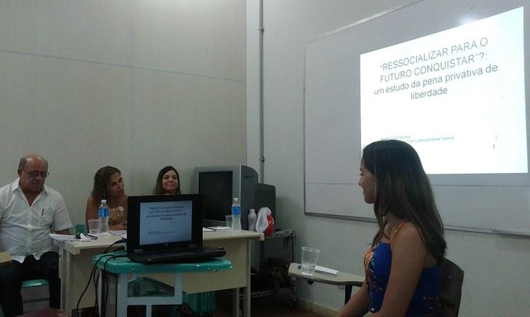 A estudante Beatriz Moreira, primeira a defender o TCC, em apresentação diante da banca (Foto: Escola de Serviço Social)