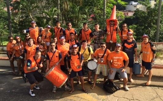 Delegação reunida para o primeiro jogo, na saída do alojamento do Programa Integração pela Música (Foto: Divulgação)