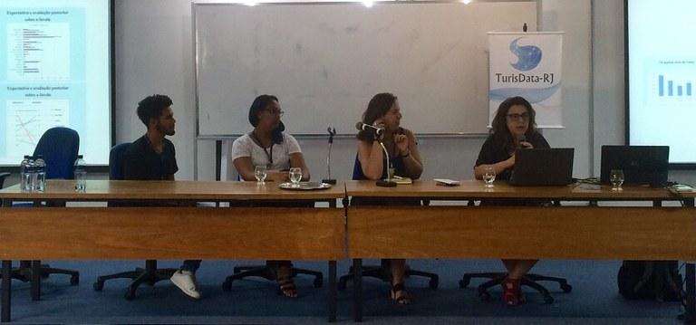 Da esquerda para a direita: alunos de Turismo da UNIRIO Gean Falero e Germana Moreira; Camila Moraes e Bianca Freire-Medeiros (Foto: Comso)