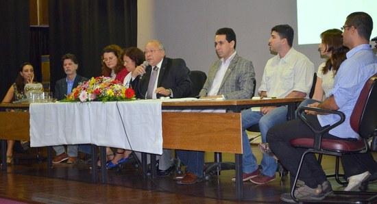 Mesa solene teve participação de dirigentes da UNIRIO, além de representantes docentes e discente da EEAP (Foto: Comso)
