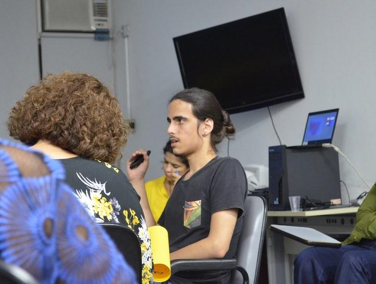 Bolsista Gabriel Martinez apresenta o projeto 'Argonautas' (Foto: Comso)