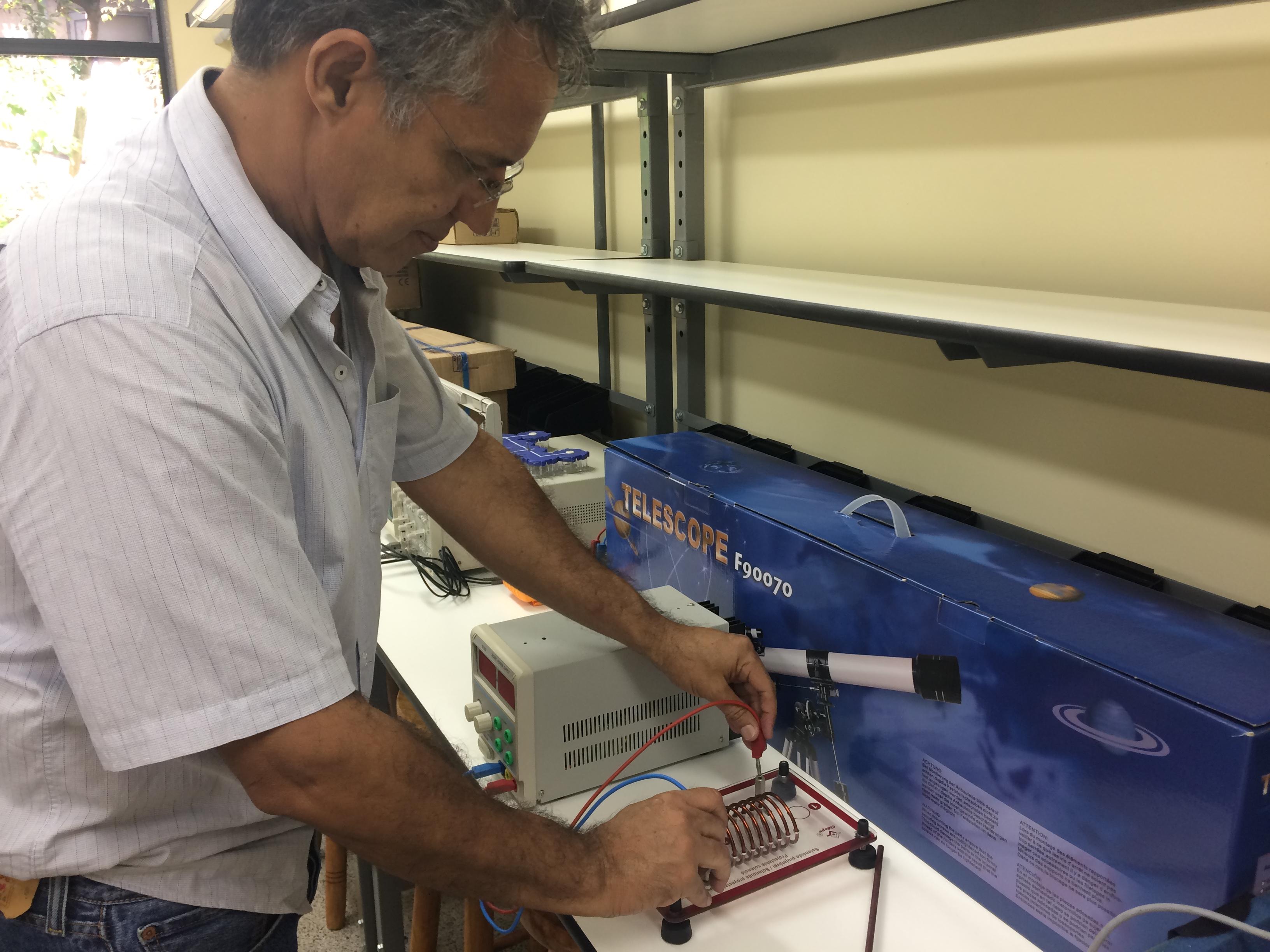 Professor Demison Motta mostra equipamento elétrico que será utilizado nos experimentos (Foto: Comso)