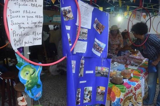 """O PET """"Leitores da Maré"""" incluiu explicações sobre o projeto na própria decoração da barraca (Foto: PROEXC)"""
