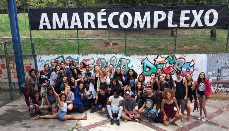 Ashley e estudantes americanos reunidos com alunos da UNIRIO e participantes da oficina de teatro no Complexo da Maré (Foto: Divulgação)