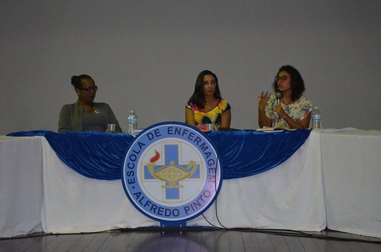 Da esquerda para a direita: transativista Kathyla Katheryne Valverde, professora Adriana Lemos e coordenadora do Cladem, Ana Paula Sciammarella (Foto: Comso)