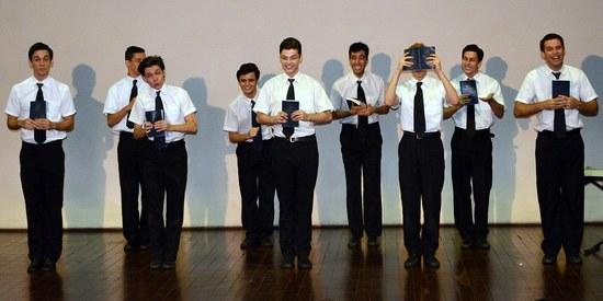 Alunos da Escola de Teatro apresentaram número do espetáculo musical 'The Book of Mormon' (Foto: Comso)