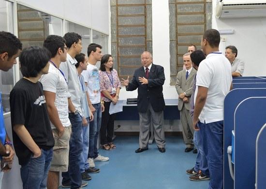 Reitor conversa com estudantes do 1º período de Sistemas de Informação (Foto: Comso)