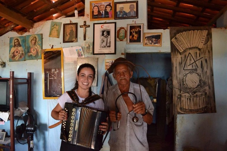 Estudante em visita à casa de 'Landinho Pé de Bode', conhecido morador da região (Raquel Munhoz)