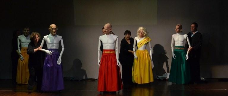 No espetáculo, bonecos representam a doença mental (Foto: Comso)