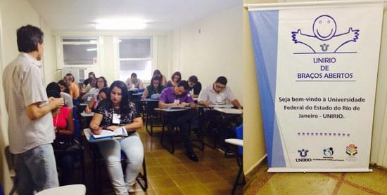 Novos servidores recebem informações sobre a UNIRIO; à direita, o cartaz do Programa (Fotos: Progepe)
