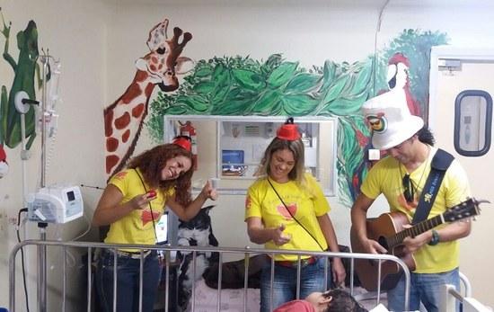 Grupo visita enfermaria de Pediatria do HUGG (Foto: Divulgação)