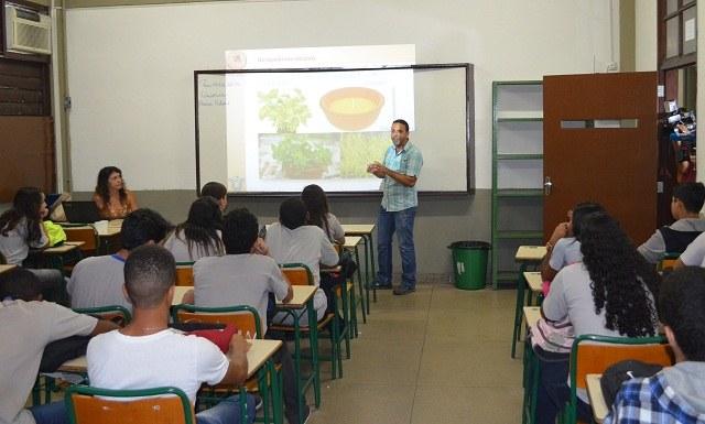 O professor da UNIRIO, César Luis Siqueira Jr., dá aula sobre a Biologia do Inseto (Foto:Comso)