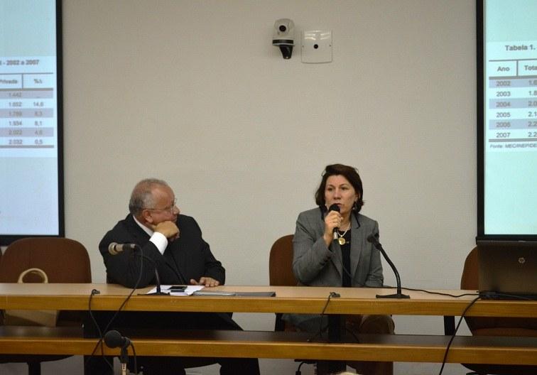 Presidente da Andifes, Ângela Cruz fala ao lado do reitor Luiz Pedro San Gil Jutuca (Foto: Comso)