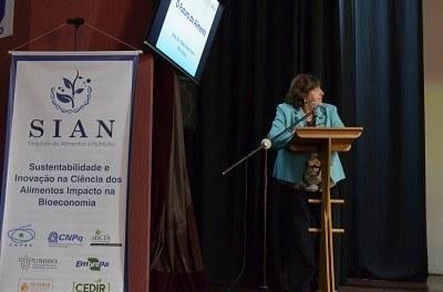 Palestra da coordenadora da área da Ciência dos Alimentos da CAPES e professora da Unicamp, Glaucia Pastore (imagem: Divuglação Comso)