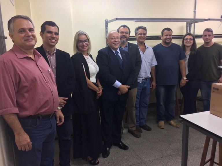 Dirigentes e professores da UNIRIO reunidos no Laboratório de Física II (Foto: Comso)