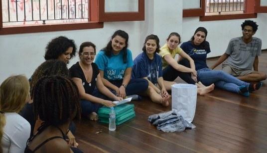 Cláudia Aiub (sexta, da direita para a esquerda) lembrou as diferenças entre os sistemas prisionais brasileiro e americano (Foto: Comso)