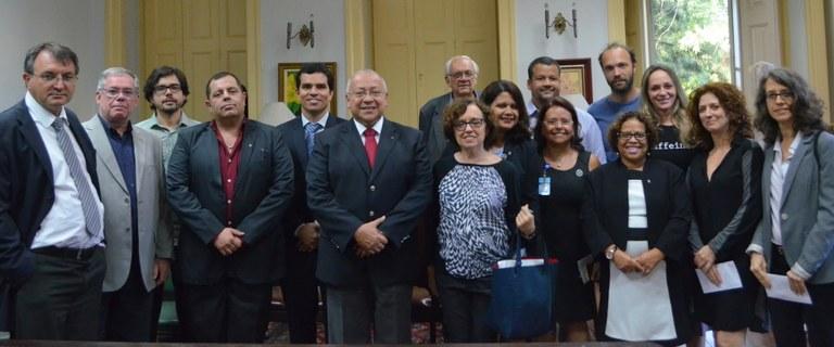 Reitor Jutuca (ao centro) e vice-reitor, Ricardo Cardoso (quinto, da esquerda para a direita), em meio aos recém-nomeados dirigentes (Foto: Comso)