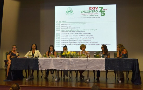 Palestrantes do primeiro painel do evento de comemoração dos 75 anos da Escola de Nutrição (Foto: Comso)