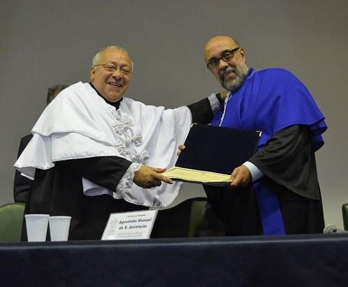 Reitor entrega diploma de professor emérito ao docente Nílson Alves de Moraes (foto Comso)