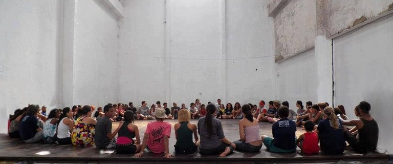 Estudantes da UNIRIO ministram oficinas de teatro em comunidades do Rio (Foto: Divulgação)