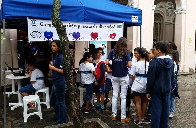 Alunos da rede pública aguardam para participar de atividades lúdicas durante a Mostra (Foto: Comso)