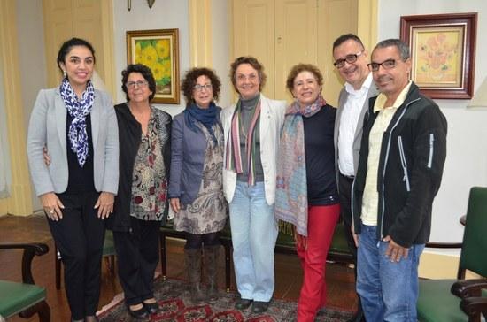 Além de Evelyn, estiveram presentes na reunião o coordenador do Programa de Pós-Graduação em Artes Cênicas, José da Costa Filho, a coordenadora de Relações Internacionais da UNIRIO, Liliane Vargas, a diretora em exercício da Escola de Teatro, Jane Celeste, a coordenadora acadêmica dos aditivos de Artes Cênicas/Teatro do acordo bilateral, Beti Rabetti, e o diretor de Pós-Graduação da UNIRIO, Wellington Mendonça de Amorim (Foto: Comso)