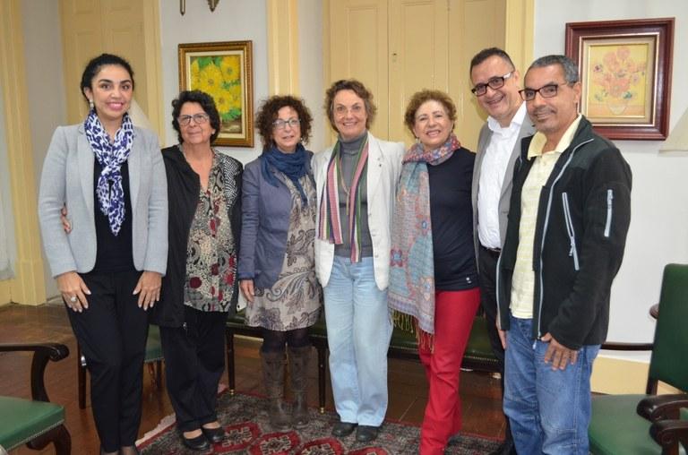 Além de Evelyn, estiveram presentes na reunião o coordenador do Programa de Pós-Graduação em Artes Cênicas, Roberto da Costa, a coordenadora de Relações Internacionais da UNIRIO, Liliane Vargas, a diretora em exercício da Escola de Teatro, Jane Celeste, a coordenadora acadêmica dos aditivos de Artes Cênicas/Teatro do acordo bilateral, Beti Rabetti, e o diretor de Pós-Graduação da UNIRIO, Wellington Mendonça de Amorim (Foto: Comso)