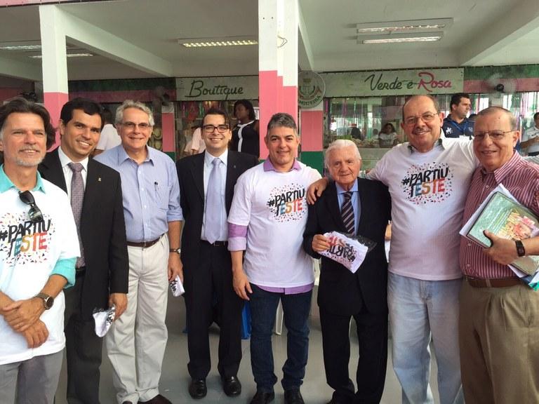A equipe da UNIRIO com o ex-reitor Pietro Novellino (terceiro da dir. para a esq.) - Foto: Arquivo PPGHIV/HV