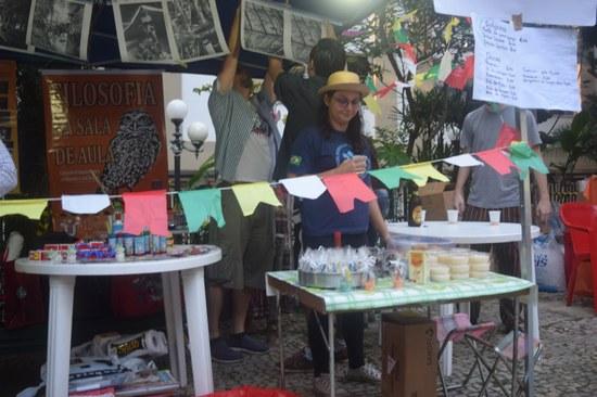 """A barraca do projeto """"Filosofia na sala de aula"""" foi uma das mais animadas, com pescaria, doces, salgados e fotos do Sebastião Salgado (Foto: PROEXC)"""