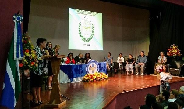 Solenidade contou com a presença do reitor (ao centro da mesa) e da estadual do Rio de Janeiro, Rejane de Almeida (à direita)
