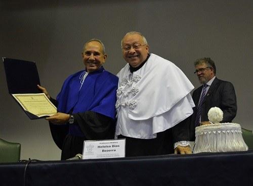 Reitor entrega diploma de professor emérito ao docente Luiz Cleber Gak (foto Comso)