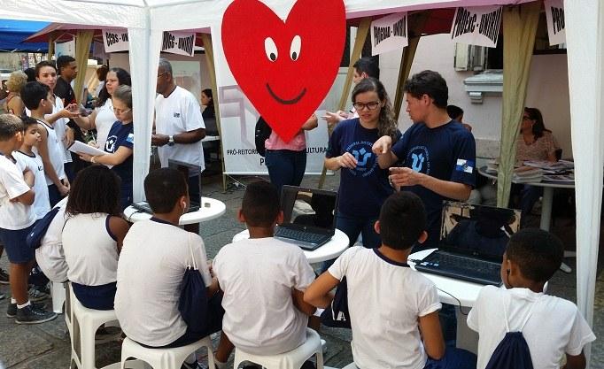 Alunos do Abrigo Teresa de Jesus assistem a vídeo educativo sobre a hipertensão