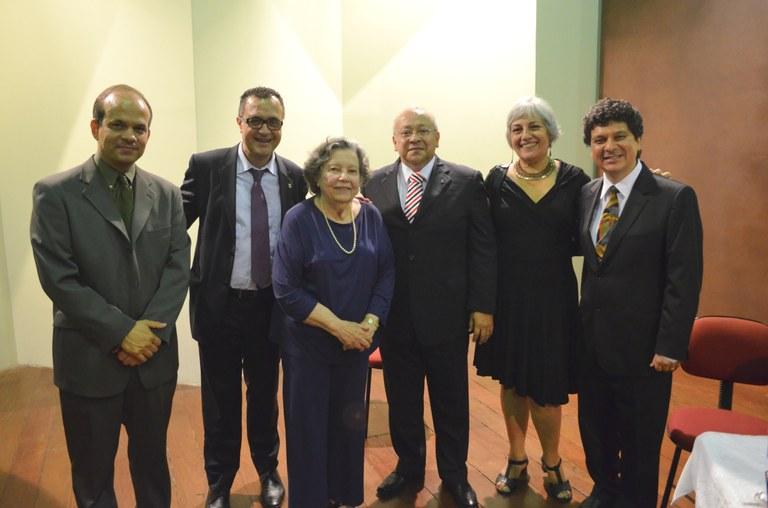 Saloméa Gandelman acompanhada dos membros da mesa solene (Foto: Comso/UNIRIO)
