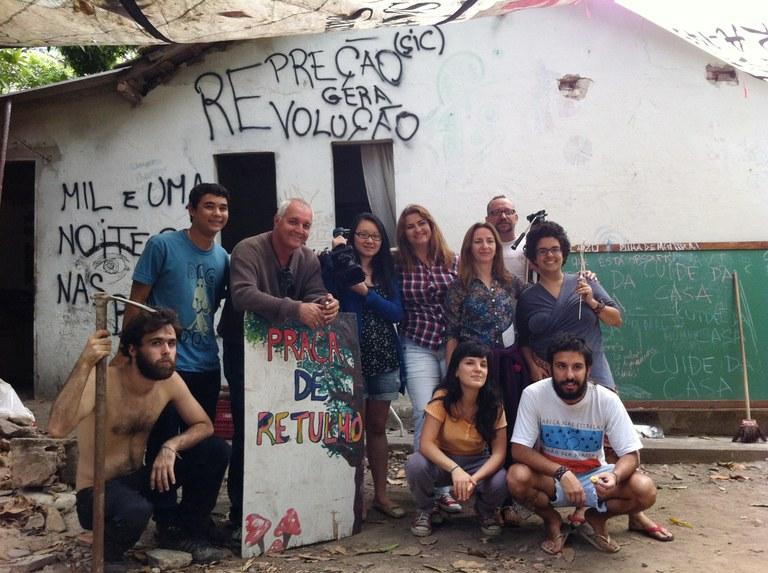 Parte da equipe do NIS e estudantes durante atividade prática