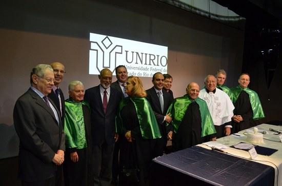 Ao final do evento, Pitanguy recebe os cumprimentos das autoridades presentes ao lado de seu neto Antônio Paulo (Foto:Comso)