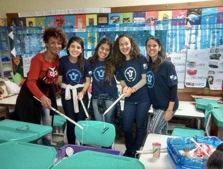 """Estudantes da UNIRIO participam da """"pescaria de lixo"""" promovida na escola da Tijuca (Foto: Arquivo pessoal)"""